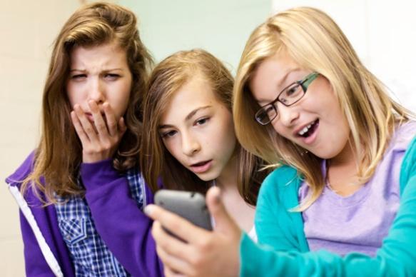 tween-girls-on-cell-phones_q2ht8r